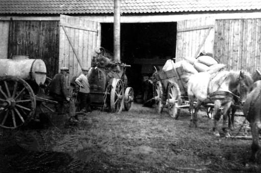 , he_0182, Dreschen in der Feldscheune 1917, um 1917
